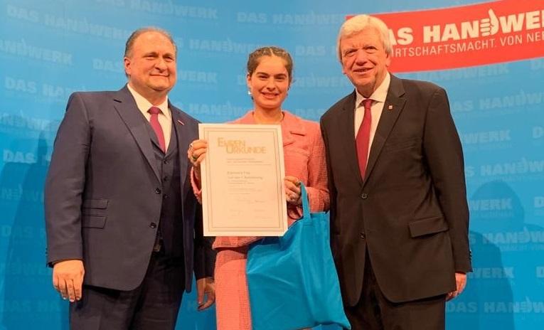Eleonore Fay mit Handwerkspräsident Wollseifer und Ministerpräsident Bouffier bei der Preisverleihung in Wiesbaden.